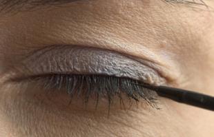 新手如何画好眼线?第一次尝试画眼线你还记得吗?