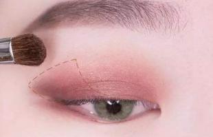 肿眼泡怎么画眼影?来看看适合肿泡眼的眼影画法!