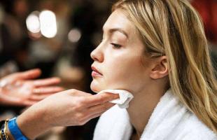 化成苍蝇腿的睫毛膏怎么卸掉?卸眼妆要用化妆棉吗?