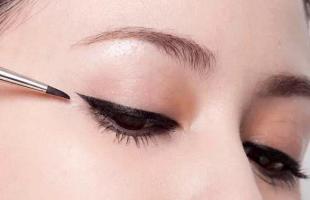 新手画眼线容易手抖?这个方法教你画出流畅眼线!