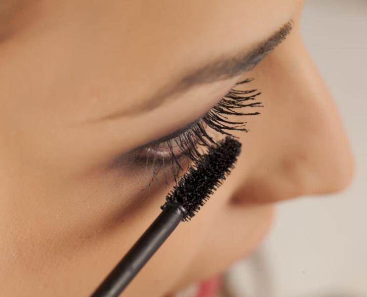 化妆新手应该如何刷睫毛膏?初学者涂睫毛膏方法