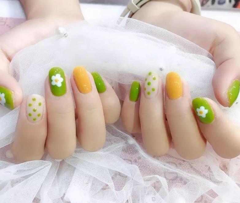安利一款非常高级的小黄指甲,今年的时尚流行色必须拥有!
