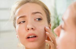 皮肤干燥起皮的原因,皮肤干燥怎么补水最快?