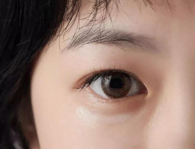 眼霜能改善皱纹吗?眼霜的正确使用方法