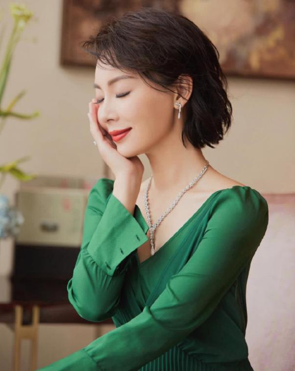 四十岁的女人穿衣不要太繁琐,这样穿简单又大方!