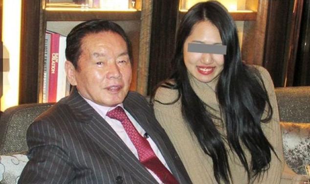 77岁富豪娶22岁女优3个月后暴毙,警方:女方涉嫌用药杀人