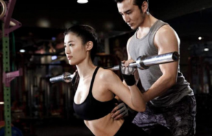 女子在健身房锻炼被教练摸胸,教练:你也可以摸我