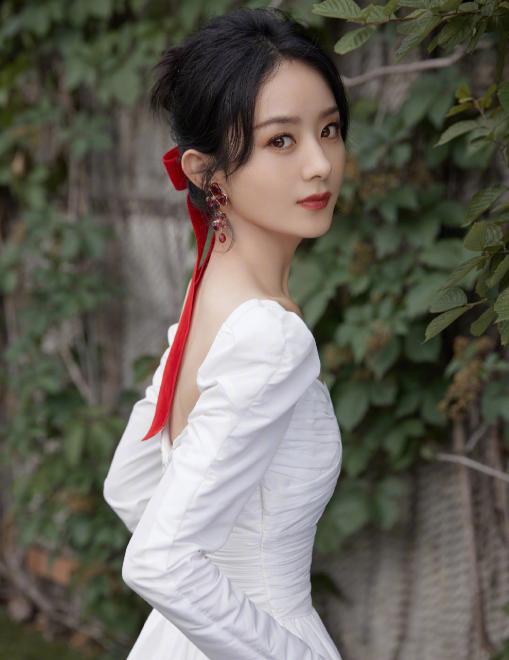 赵丽颖直播美出新高度,穿白裙扎蝴蝶结如仙女下凡,冯绍峰真瞎了