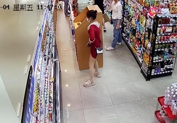一女子商店内掀起裙子商品塞内裤里,监拍画面非常辣眼睛