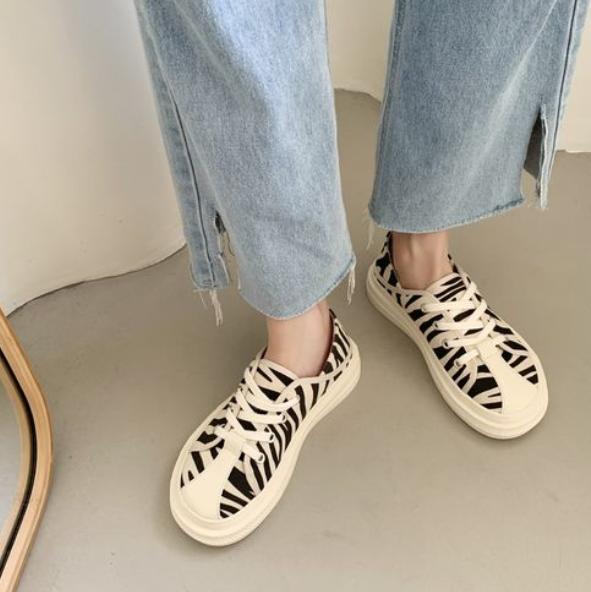 帆布鞋搭配什么衣服好看?甜美俏皮秀美腿,照著穿就很美