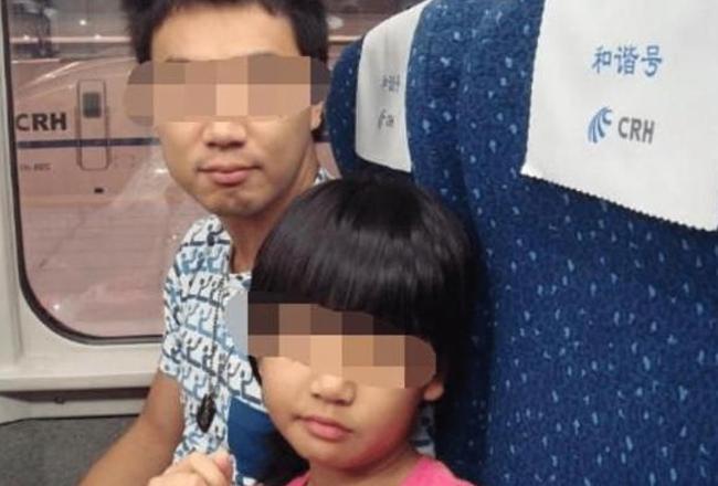 """父女俩坐火车""""同进""""厕所半小时不出来,乘客的做法挽回一个家"""