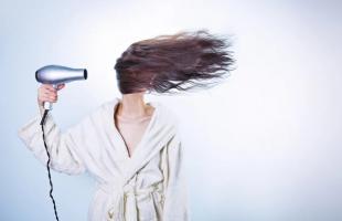 怎么吹头发才不贴头皮?自然干和吹干的优缺点对比