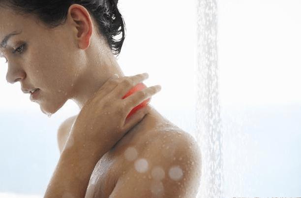 女人洗澡时,为什么有的喜欢站着排尿?别不好意思,看完也许能明白