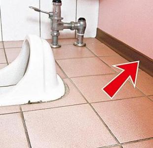 女厕下面故意留条缝?原因是这样,很多人都想错了