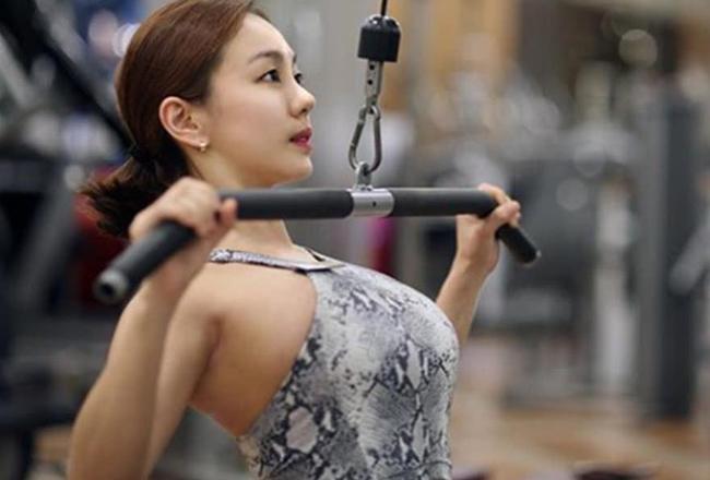 女子在健身房锻炼,被教练摸胸,教练:你也可以摸我